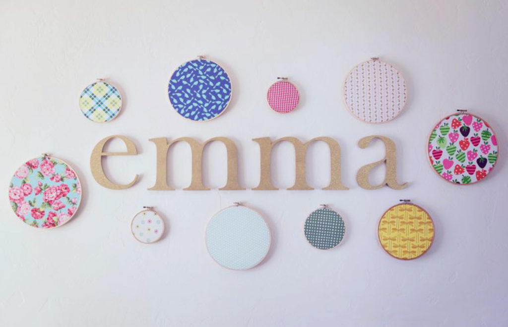 gold-glitter-wooden-name-display-with-fabric-hoop-art-in-nursey